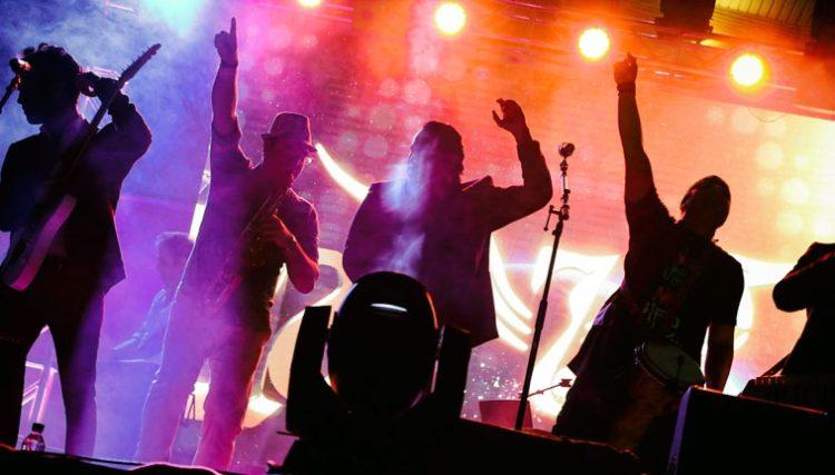 عیدی ویژه گروه سون به مردم بندرعباس