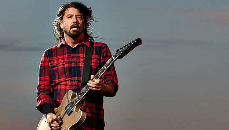 """طرفداران """"Foo Fighters"""" حدود ۳۵ هزار دلار برای خرید خواننده گروه جمع کردند"""