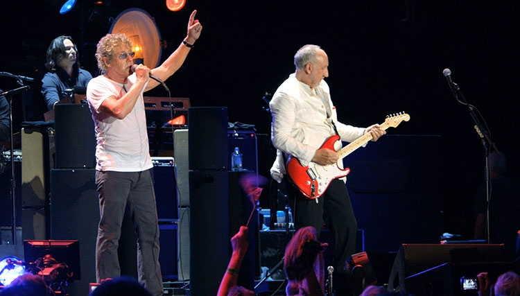 ادی ودر به همراه The Who به روی صحنه رفتند