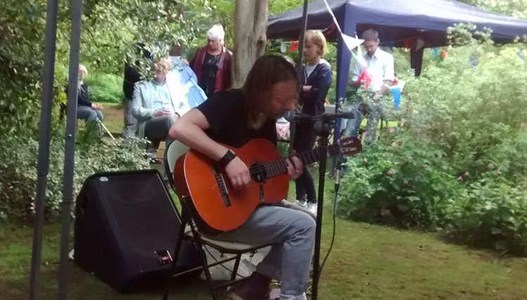 تام یورک یک اجرای تک نفره در باغ همسایه خود انجام داد
