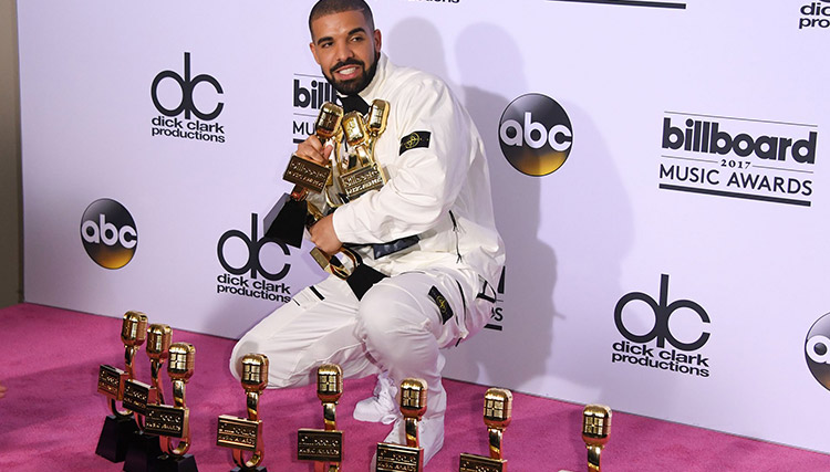 درک با دریافت ۱۳ جایزه موفقترین هنرمند سال نام گرفت