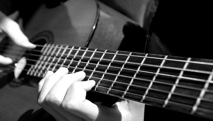 چه کسی گیتار را اختراع کرد؟