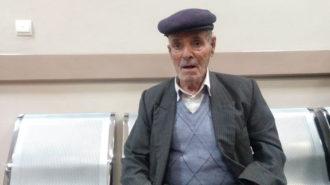 نوازنده ۷۰ سالهای که ناچار است باربری کند
