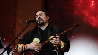 هژیر مهرافروز در ایوان شمس روی صحنه رفت