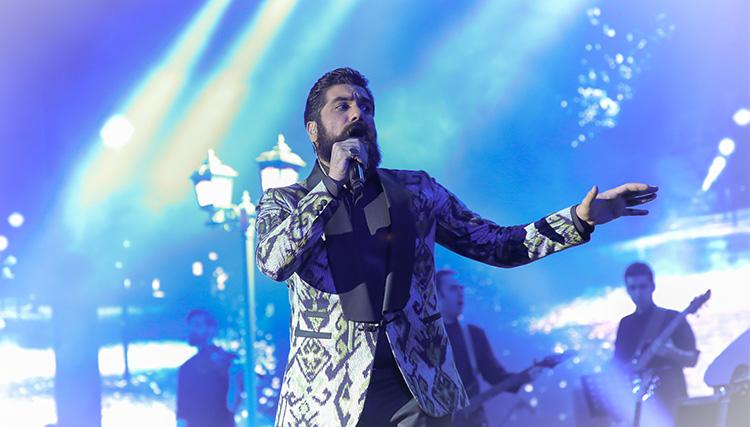 علی زندوکیلی در برج میلاد روی صحنه رفت