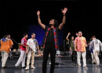 محمود دولت آبادی به تماشای کنسرت لیان نشست